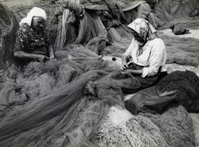 Mulleres cosendo redes