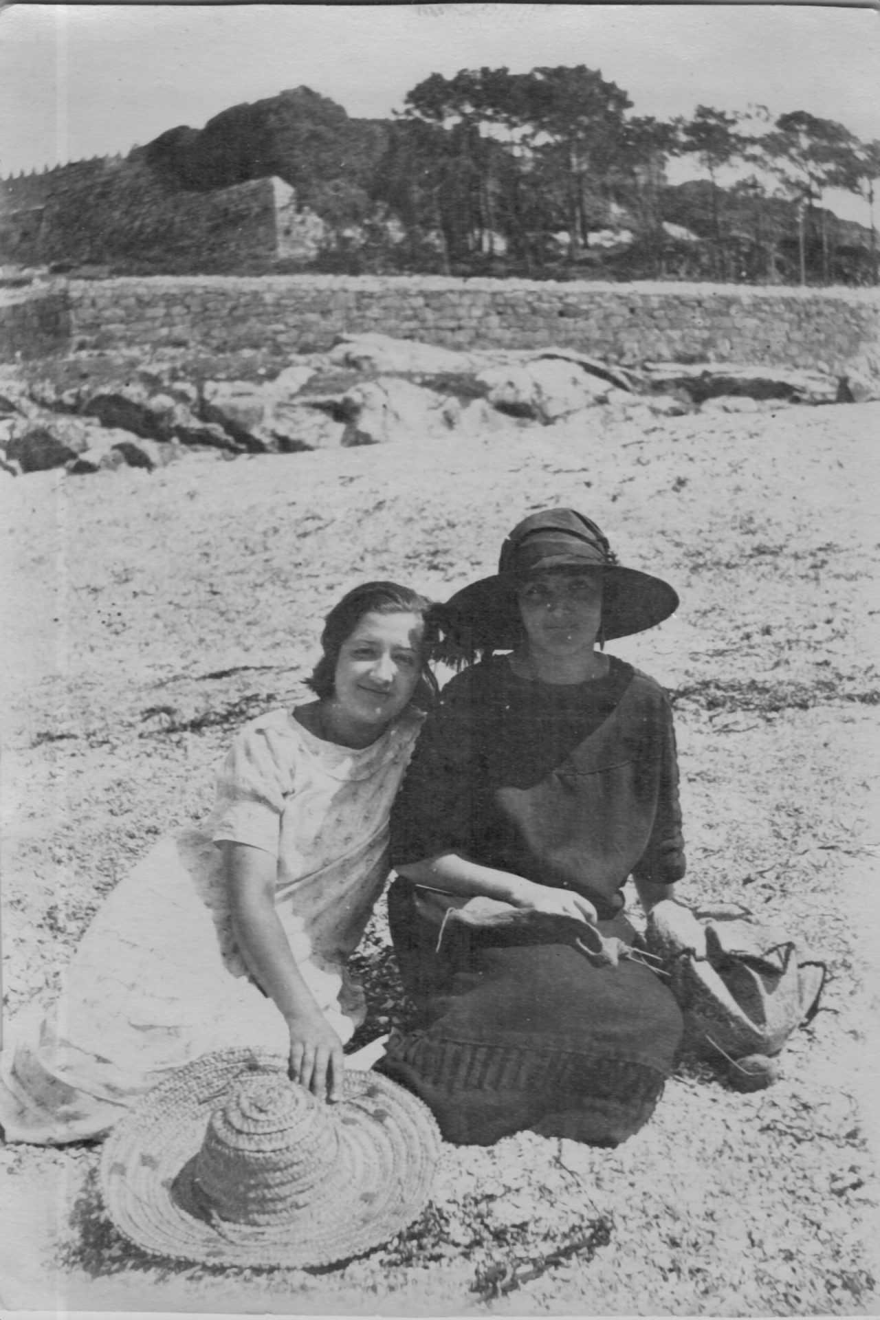 Josefina Arruti de loito na praia