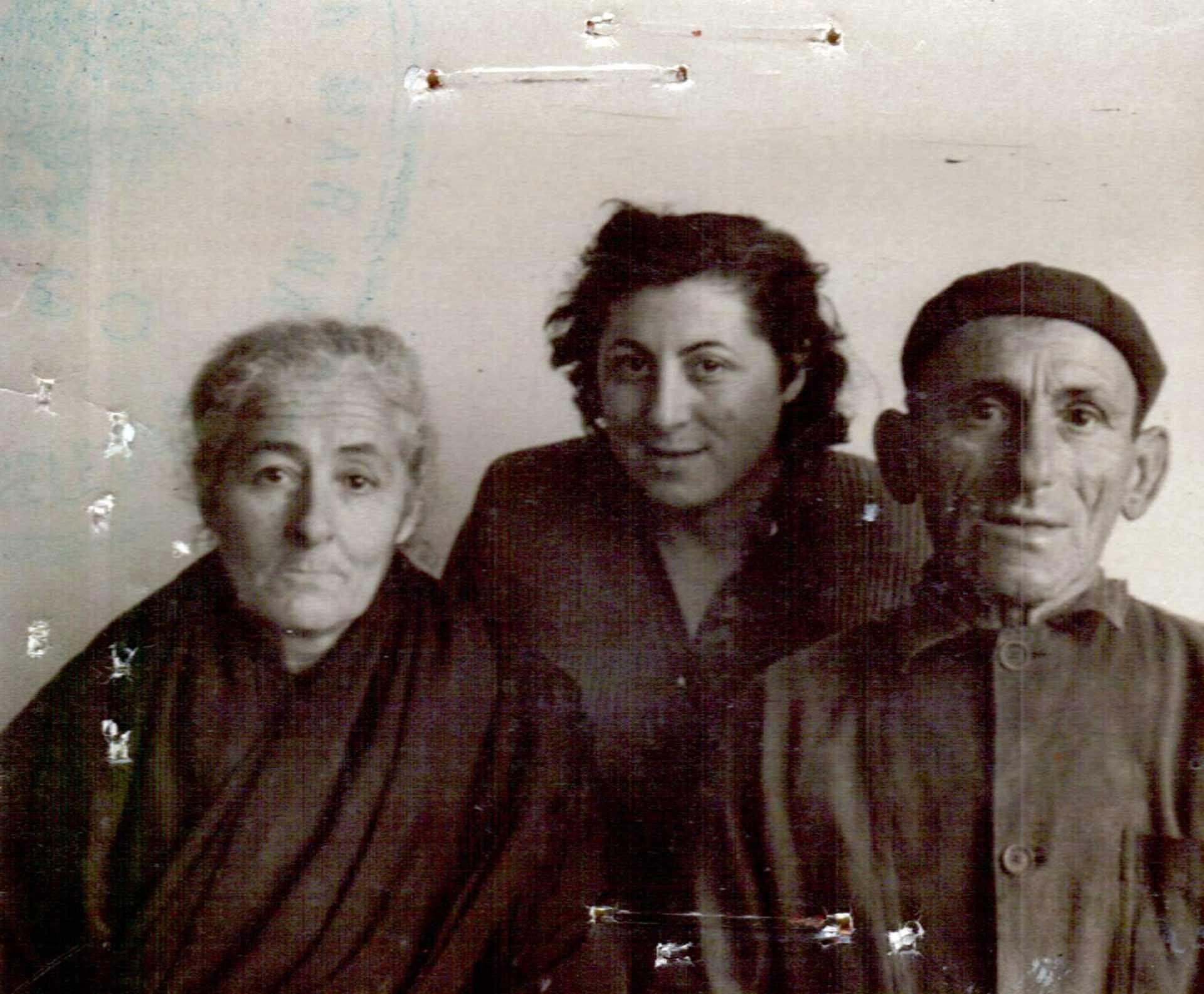 Ramona cos seus pais, Olivia e Maximino
