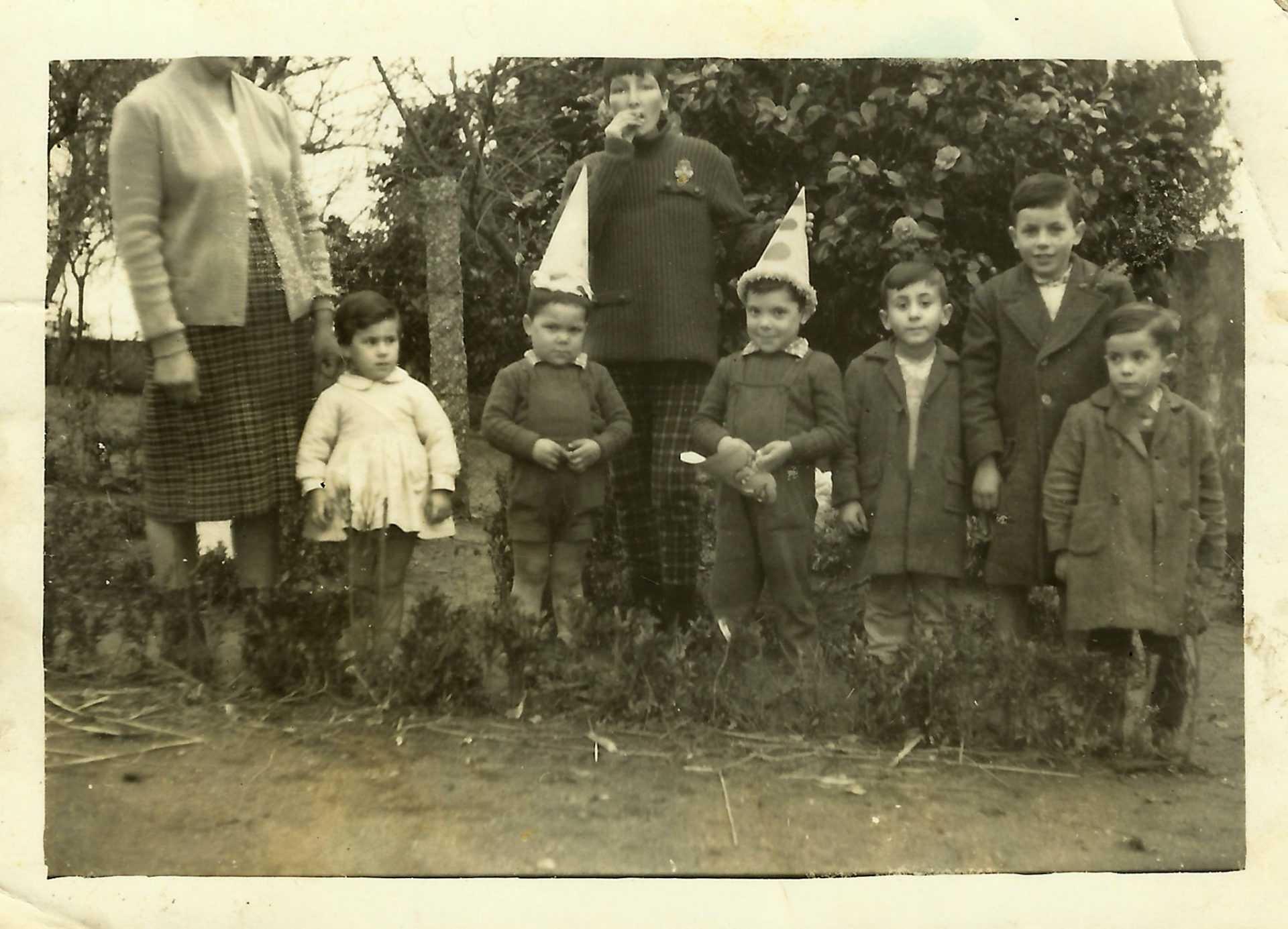 Mª del Carmen del Valle del Río, cun grupo de nenos e nenas de Pidre