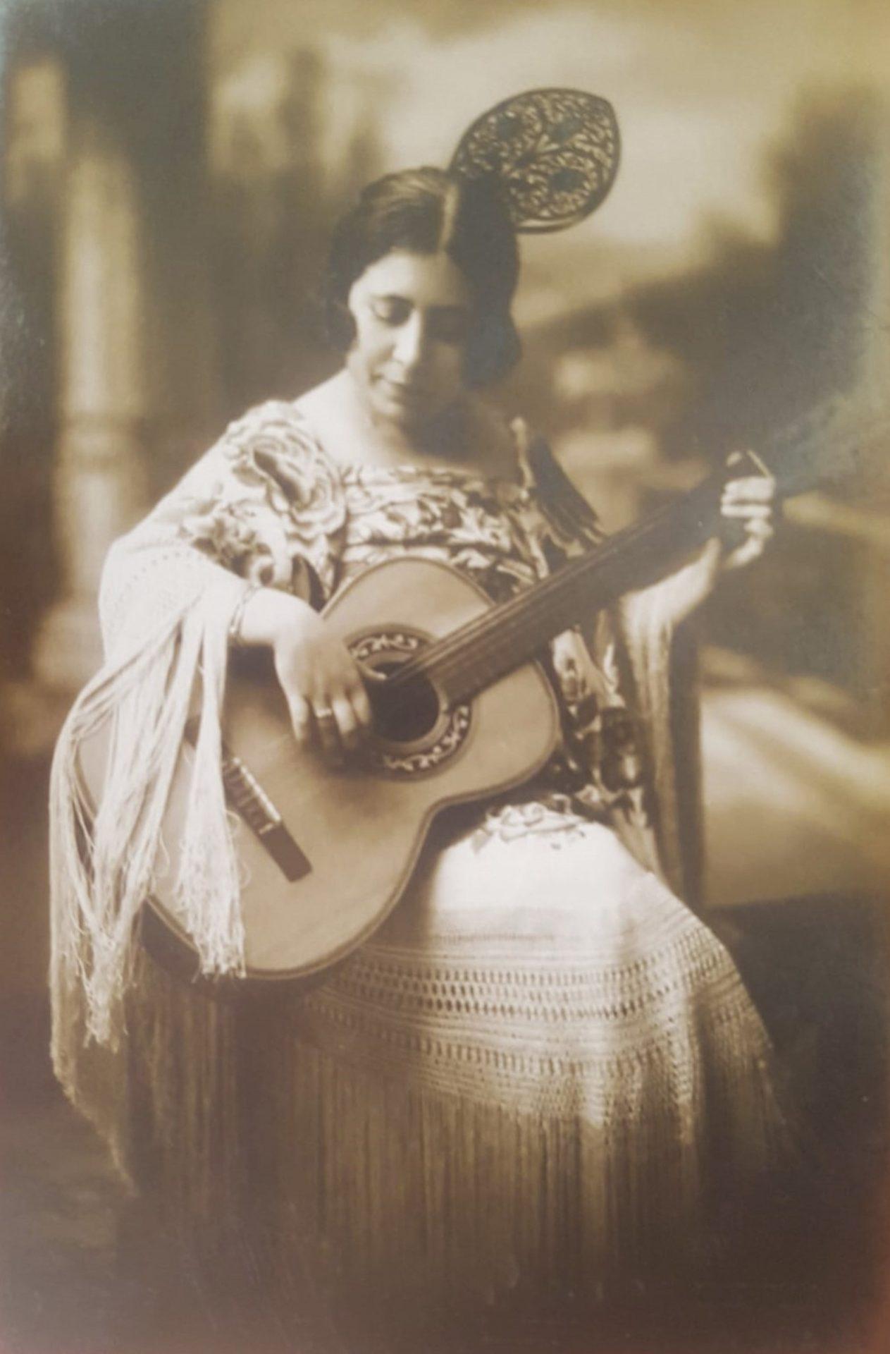 Concha Caballero con guitarra
