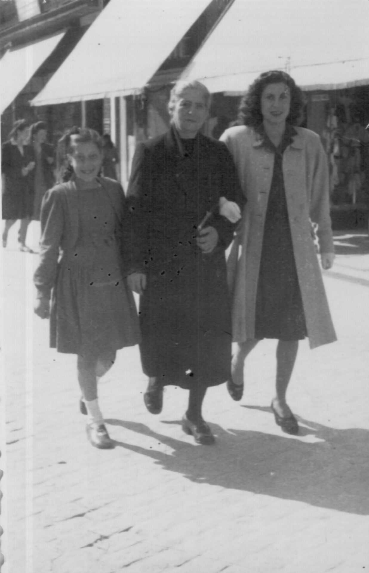 Manuela, filla de Elvira Lodeiro, con Petra Calleja