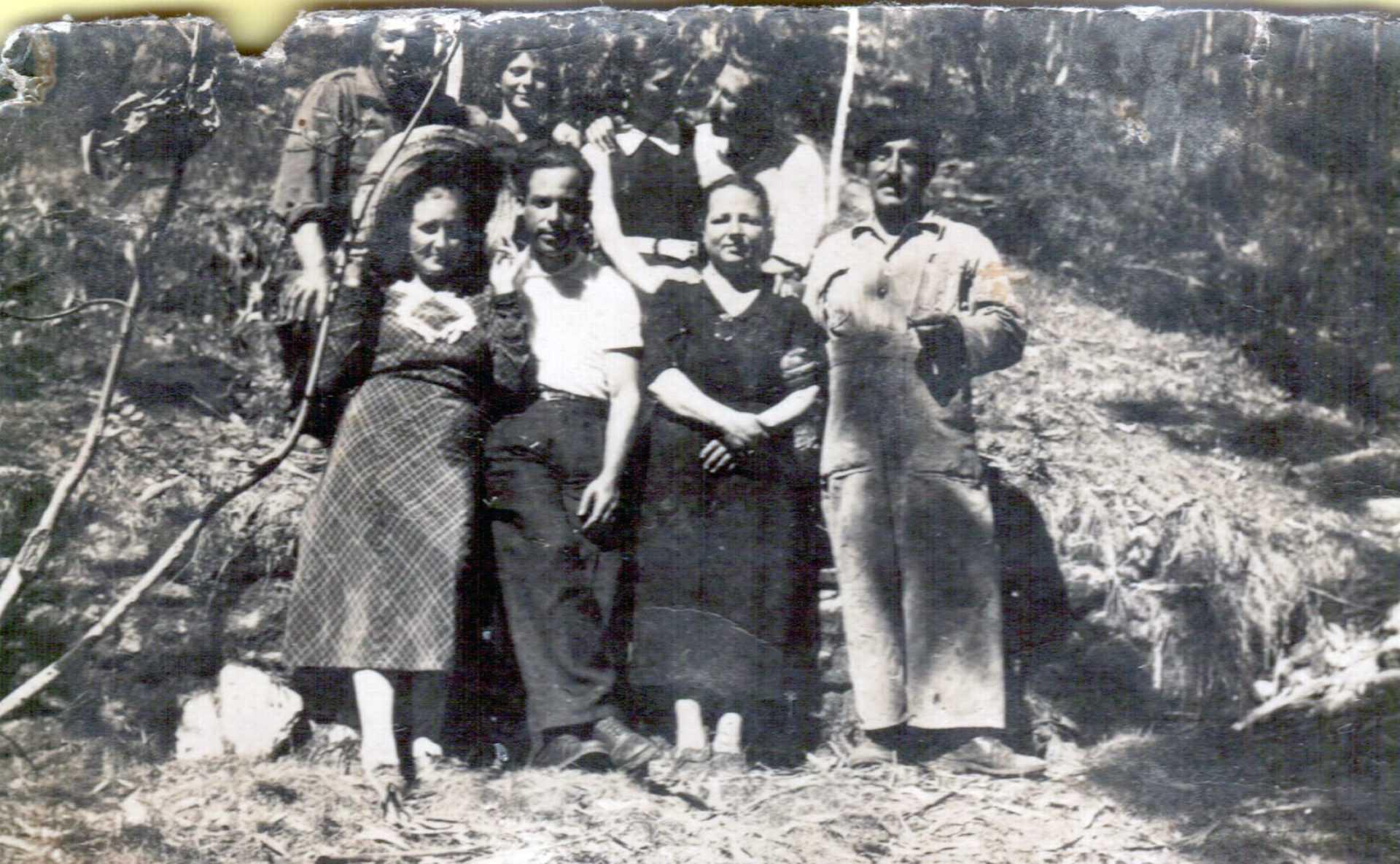 Encarna Silva con outras mulleres na visita aos presos do batallón de traballos forzados