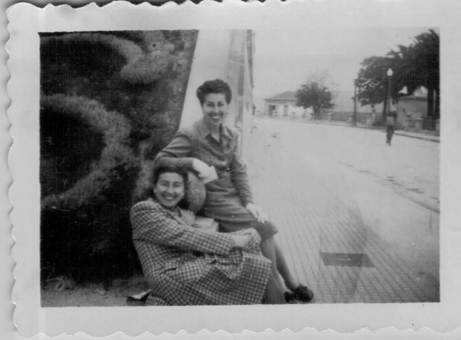 Tucha Dios, ao fondo, coa súa irmá Nita