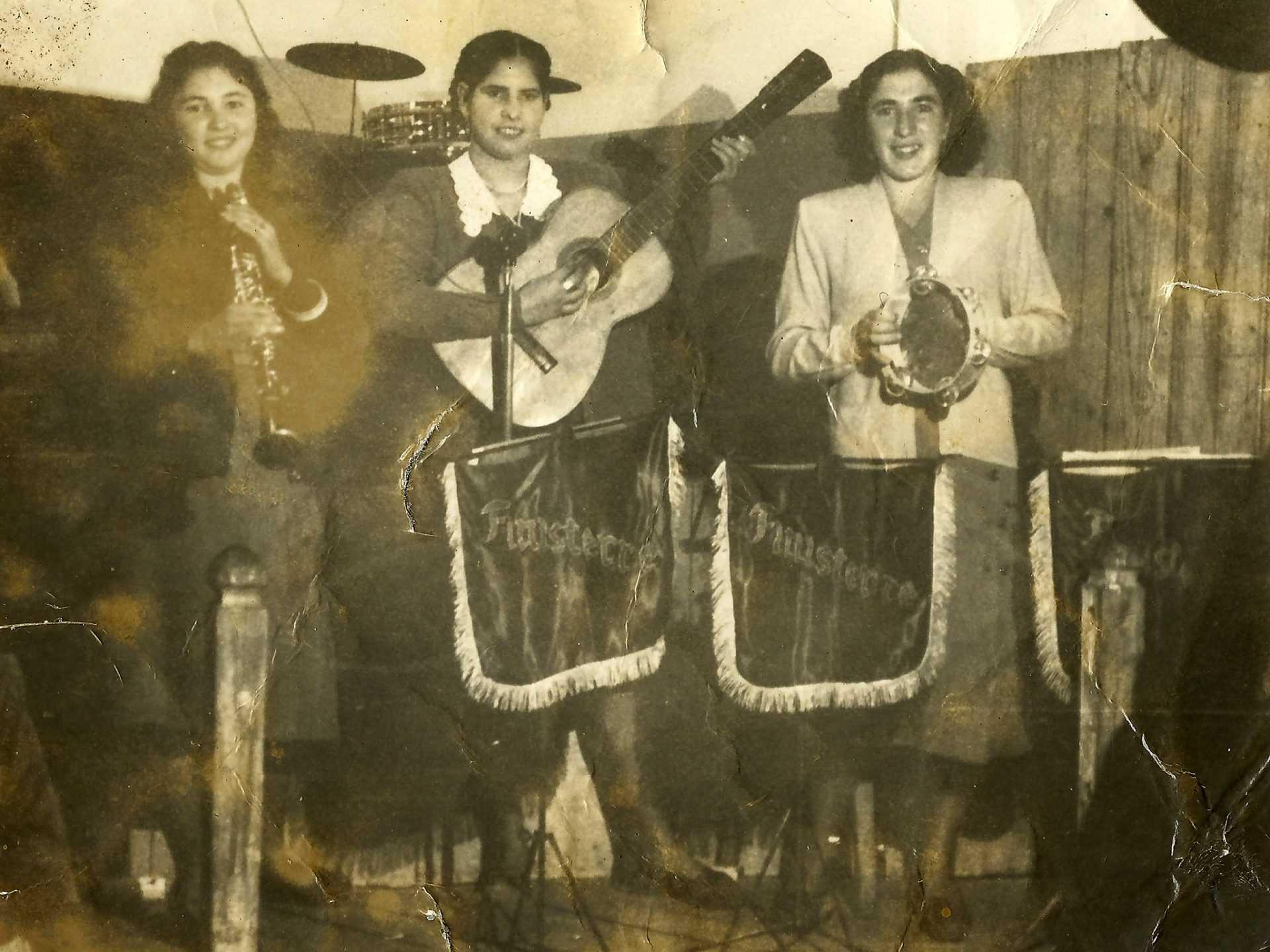Rapazas no baile do Chosco, en Lérez