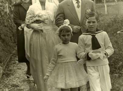 Elvira Tobío Magdalena coidando do vestido de noiva