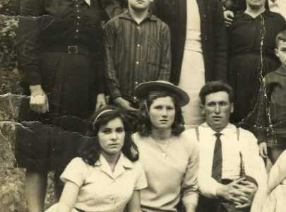 Eliodora Iglesias Blanco (1ª pola esq, na fila de atrás). Leva uns brincos de ouro que mercou con moito esforzo e que nunca volveu quitar