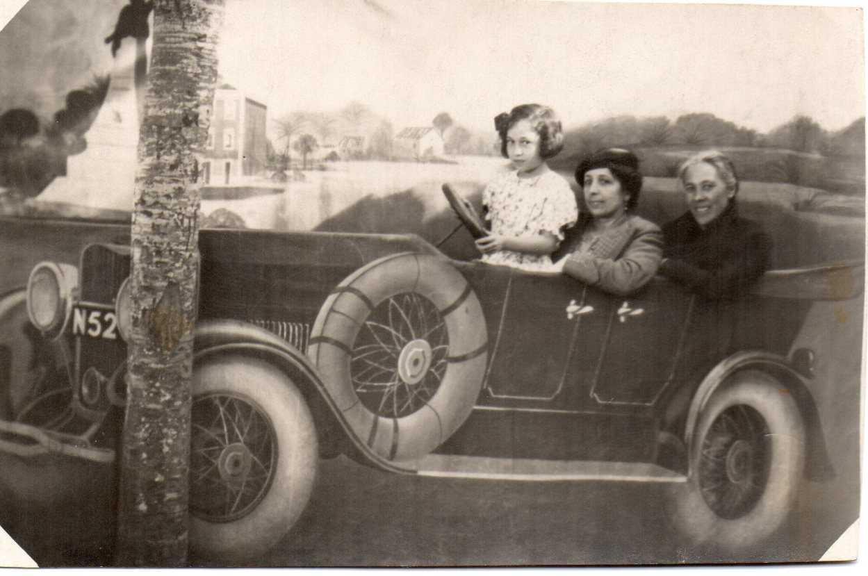 Isabel detrás coa irmá Carme no Porto