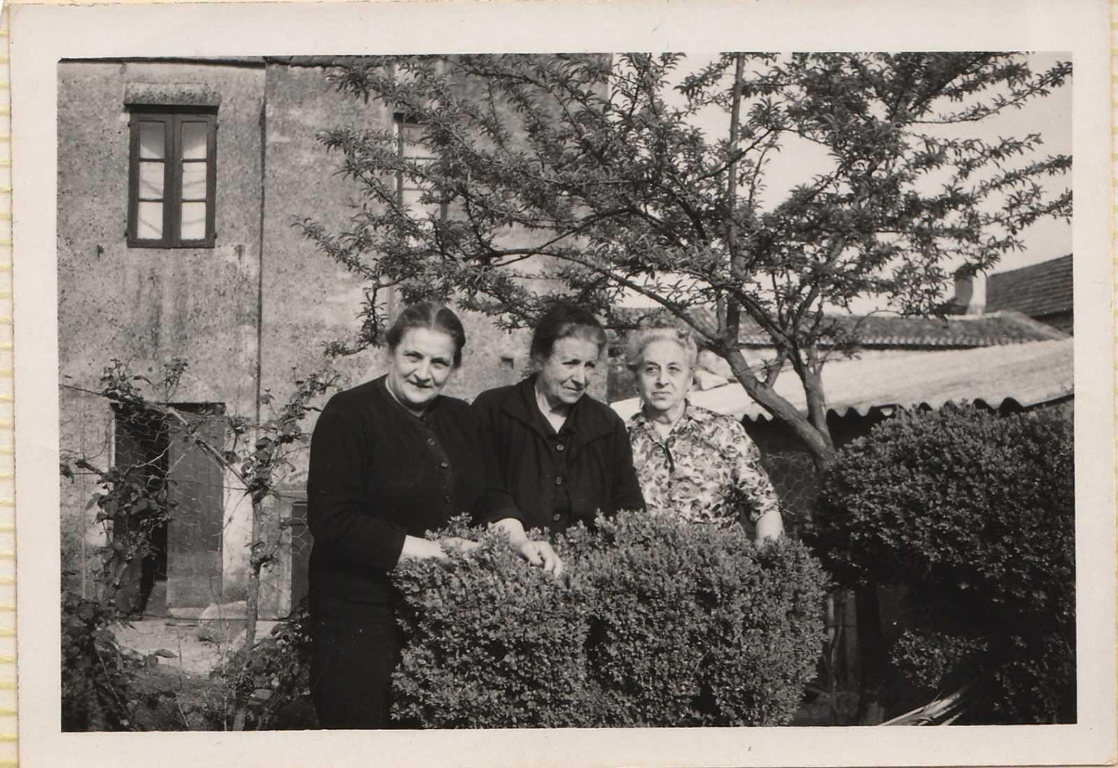 Bernada, con vestido claro, coas súas irmás, Josefa e Carmen