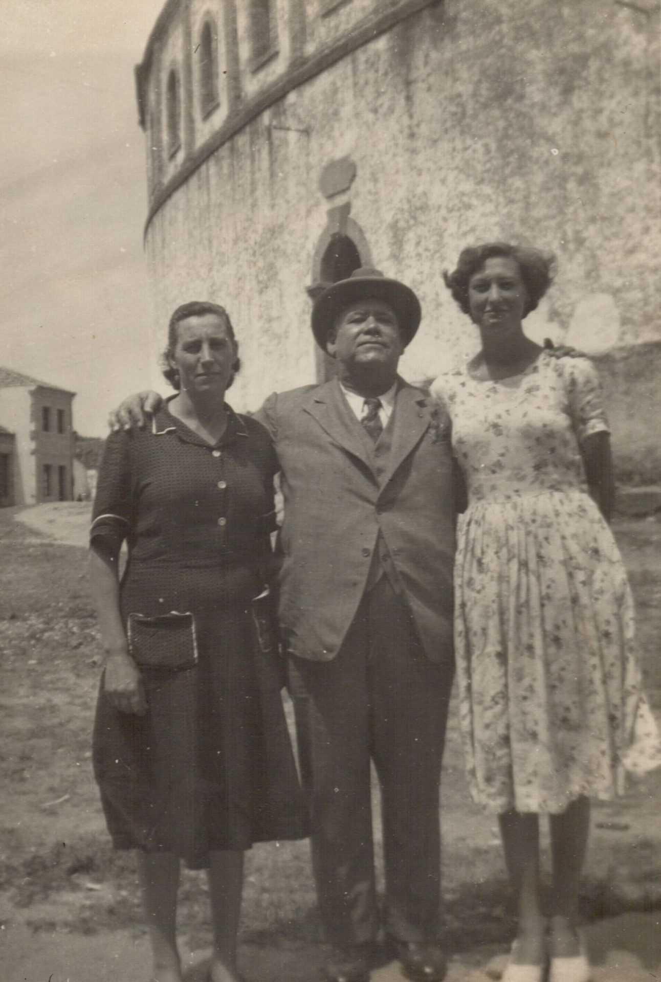 Olivia Tomé e a súa filla, Solita, cun amigo cubano de Manuel