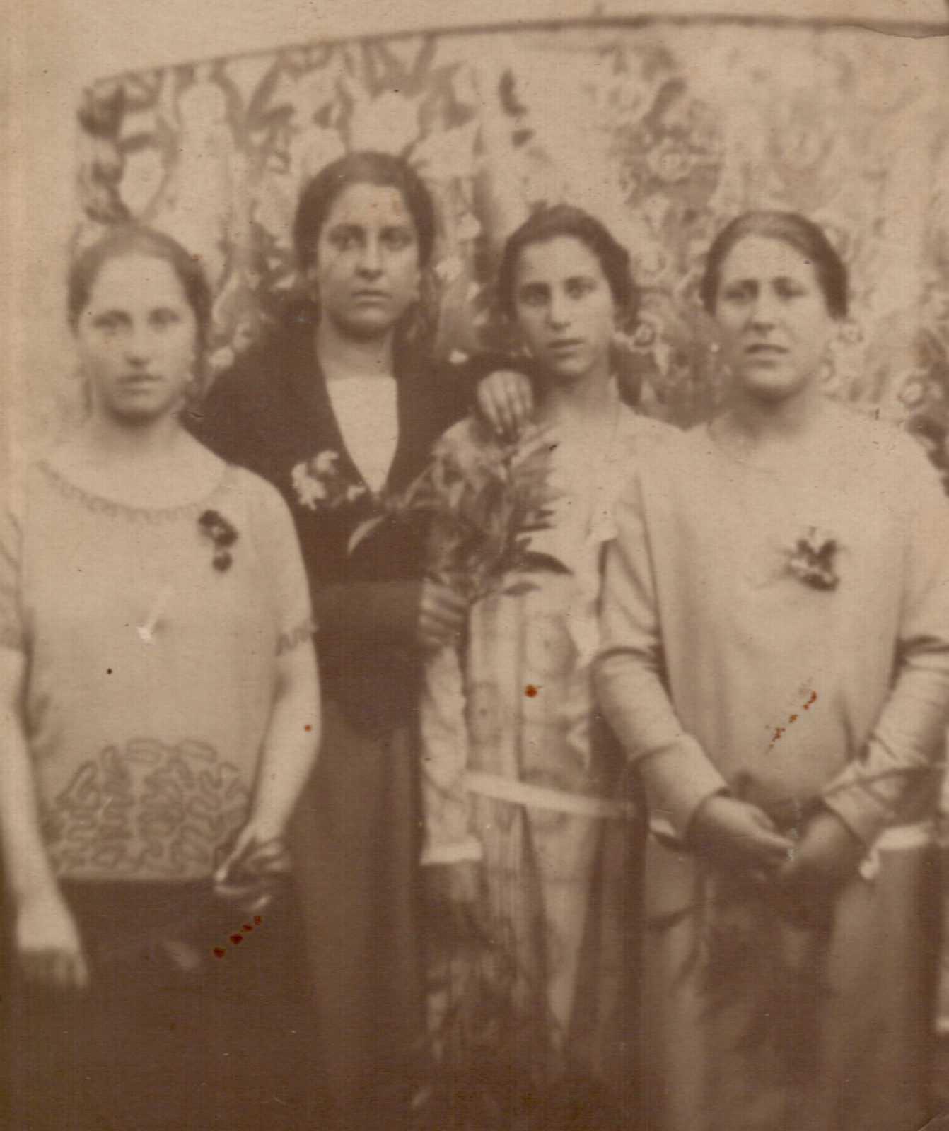 Olivia, terceira pola esquerda, cunhas amigas