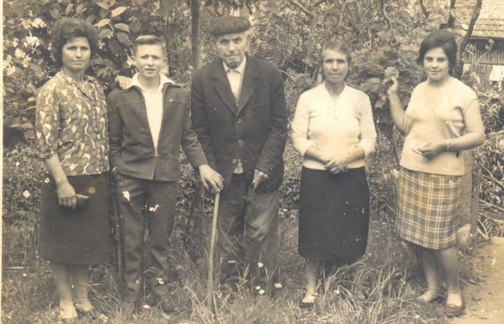 Celina, situada na esquina á esquerda, e con seu pai no centro.