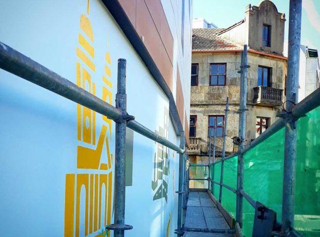 Obras de construción do mural en lembranza das mulleres do Concello de Pontevedra