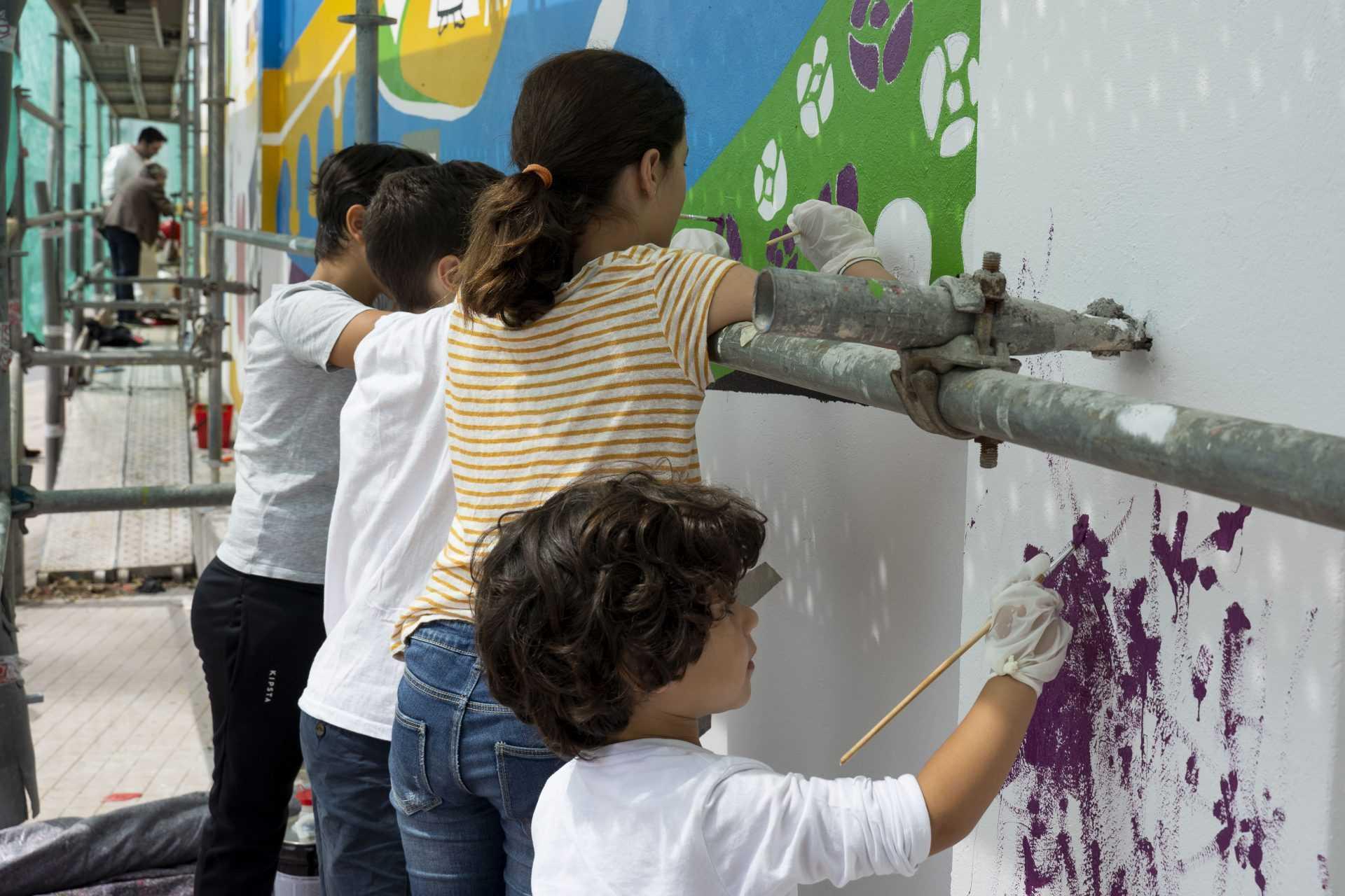A xente mais nova do barrio participou no pintado