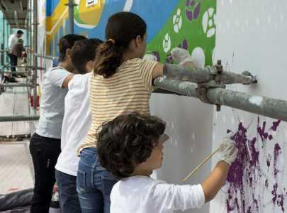 Veciñanza e familias dan os últimos retoques ao mural das mulleres, que se inaugura o vindeiro xoves