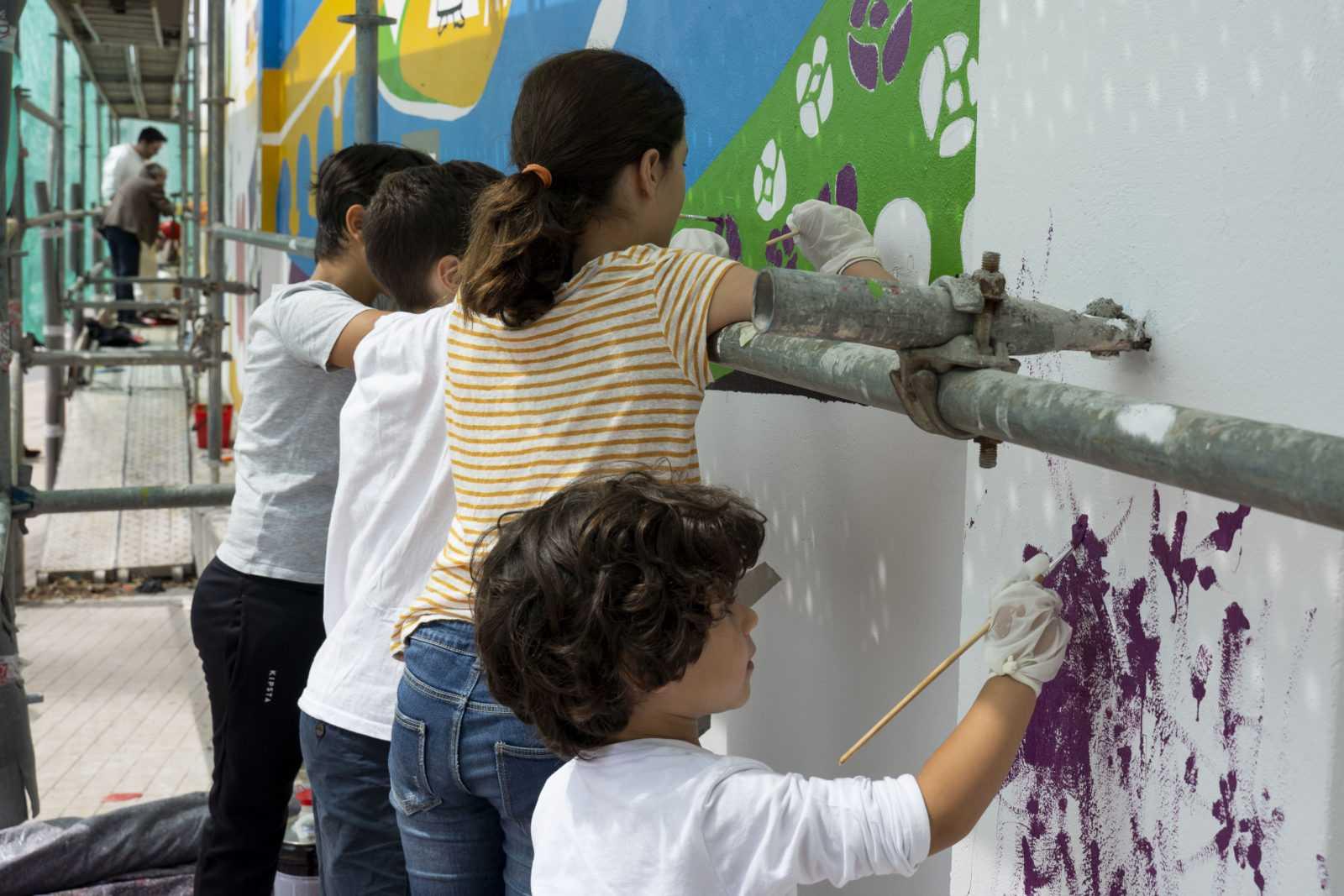 A xente mais nova do barrio participou no pintado do mural da Memoria das Mulleres