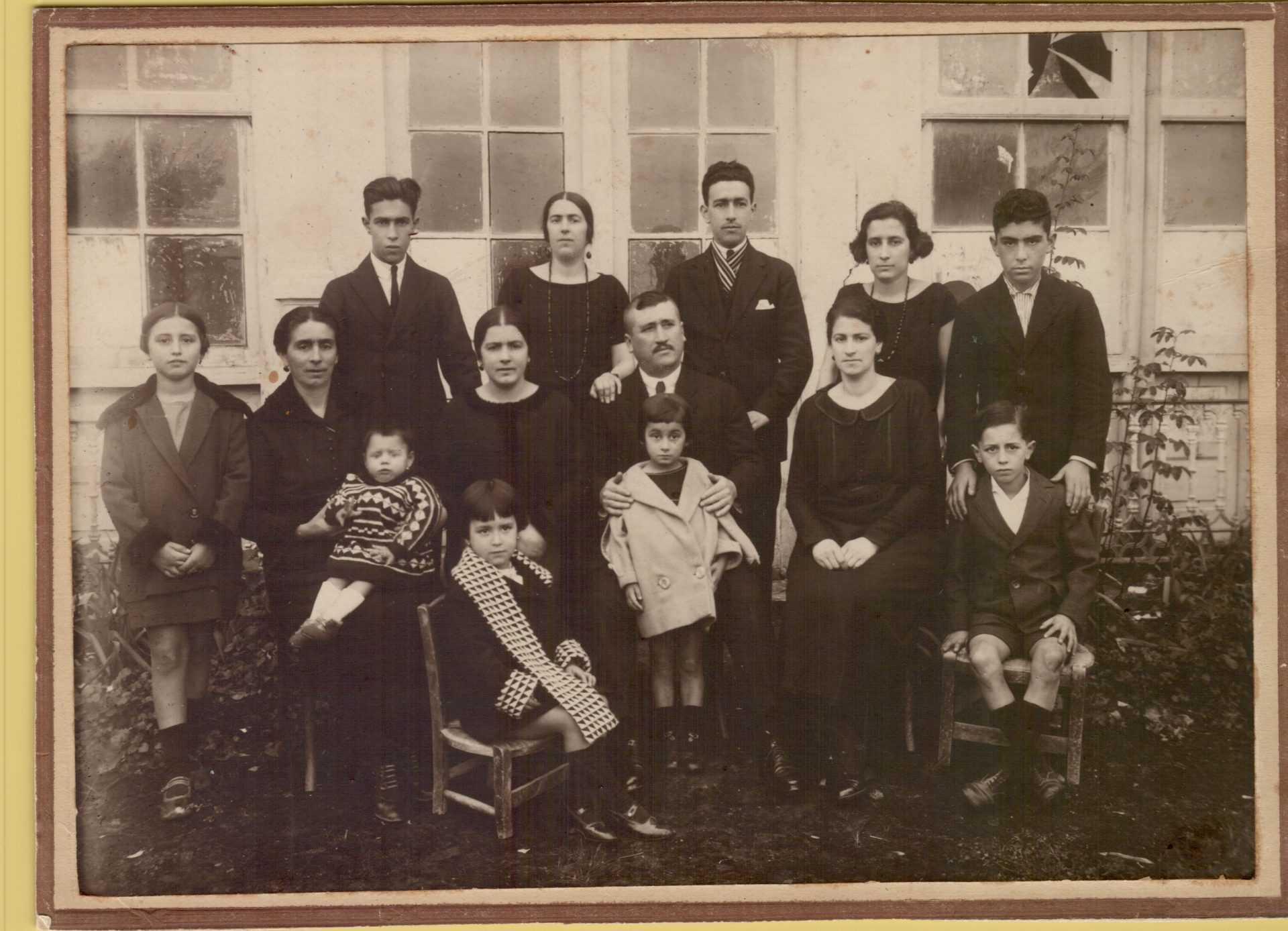 Germán Adrio con bigote no centro con membros da familia