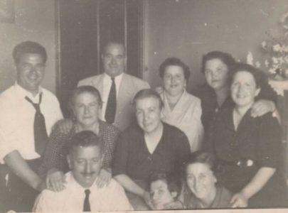 Rita Sobrido coa descendencia de Germán Adrio, fusilado