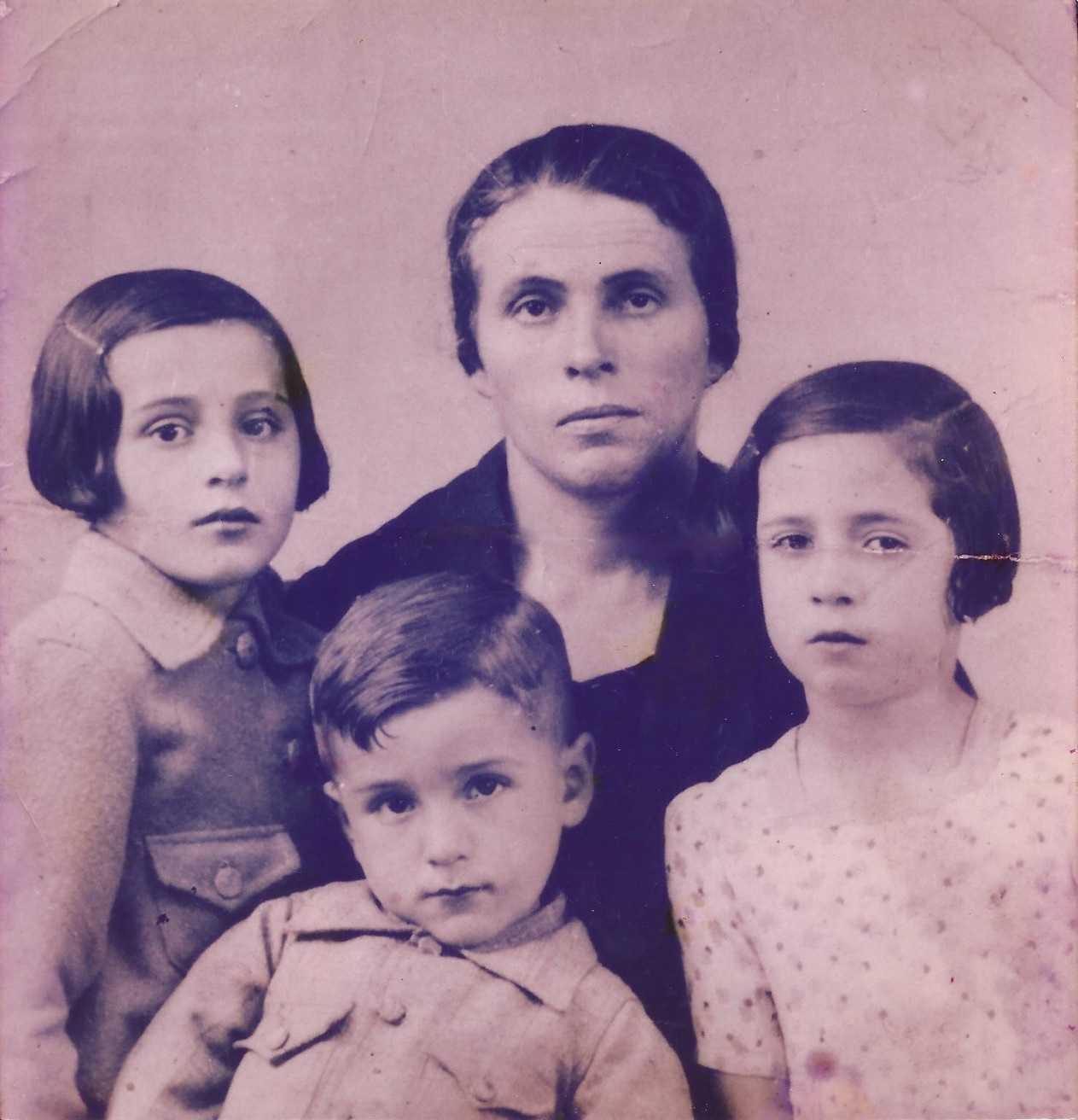 Mercedes Magdalena e as súas fillas e fillo