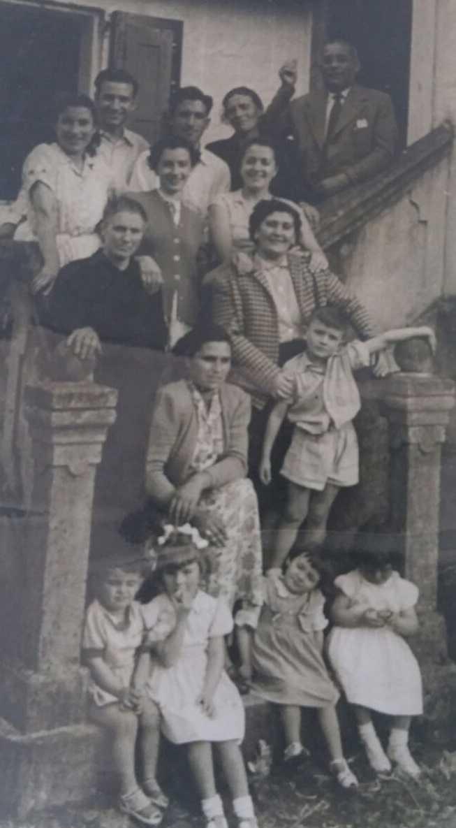 Elisa Ruibal e familiares tras o asasinato do marido