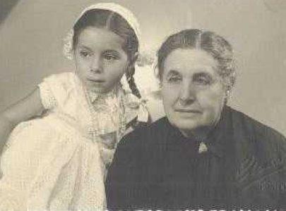Dolores Cea Montenegro coa súa neta, Lola Rodríguez.