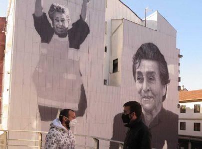 Xaquín Moreda conversando co autor do mural, Yoseba Murazábal